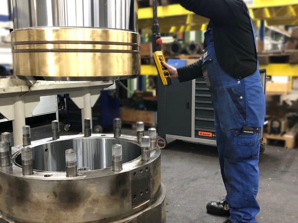 Hydraulikzylinder in der Montage nach der Instandsetzung